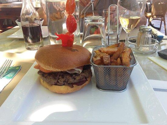 les frites ont dû faire plusieurs bains et la viande du hamburger bof!! même que la viande n'était pas découpée au couteau donc surgelée sûrement!!!