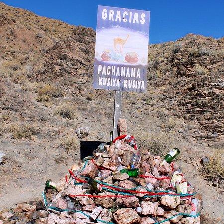 """Las variadas ofrendas a la Pachamama, según los quechuas la """"MadreTierra"""", la máxima deidad femenina de los cerros peruanos, bolivianos y norte de argentina. Es la más popular de las creencias mitológicas de la región andina."""