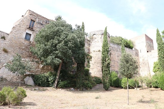 Torre Gironella and the wall