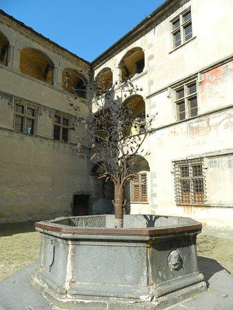 Issogne, Itálie: fontana del Melograno