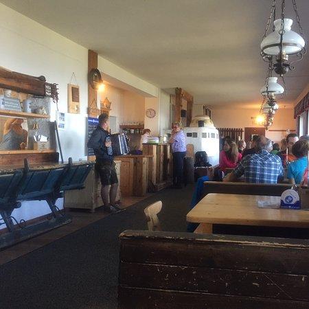 Lackenhof am Otscher, Αυστρία: Und zu Mittag spielt die Ziehharmonika im Schutzhaus