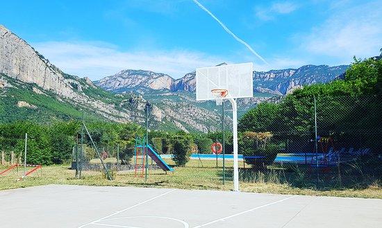 Oliana, Spania: Disponemos de varias zonas deportivas como una pista de básquet, un campo de fútbol o una sala donde jugar a ping-pong.