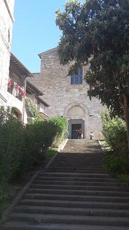 La chiesa in fondo alla scalinata