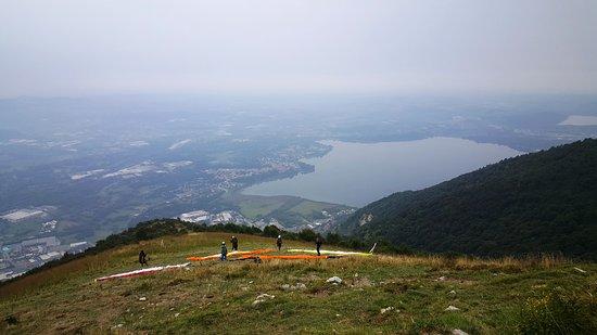 Civate, Italy: Colori vivaci sul Monte Cornizzolo - Qui Il parapendio è molto praticato. (Settembre 2019)