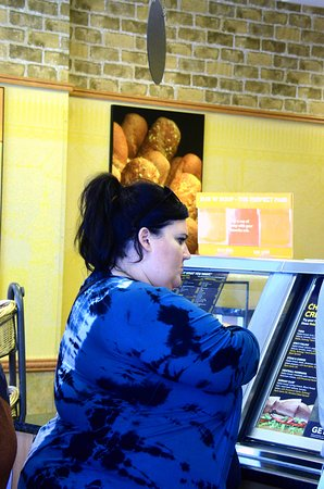 Park Forest, אילינוי: A customer is peering through the glass before she could select a dish for her 