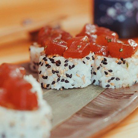 Uramaki Tartar Roll, delicioso tartar de atún sobre un uramaki