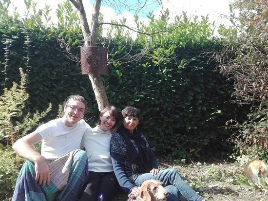 Morigny, Frankrig: Photo prise avec mon mari, Krishna et sa jolie chienne Mogli
