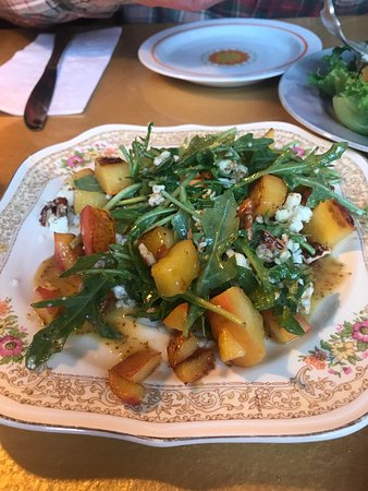 Westfield, ماساتشوستس: Salad with peaches, soft cheese, nuts & arugula