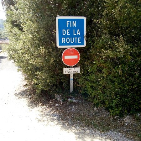 Sivergues, Frankrike: Parking juste avant