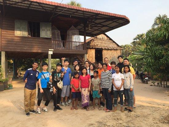 シェムリアップ市内から1時間ぐらいかかります。そこでカンボジアの伝統お家高床式でホームステイ出来ます。この村はタベンと言います。普通のツアーはなかなか体験できないツアーをご用意しております。是非、アンコール遺跡ガイドご利用ください。