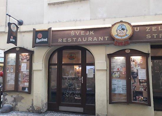 Svejk Restaurant U zeleneho stromu: Widok restauracji zewnątrz.