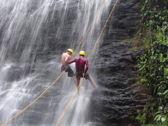 Taboquinhas, BA: Rapel na cachoeira Nore, ideal para iniciantes e crianças a partir de 10 anos.