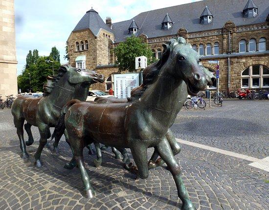 Funf Pferde Skulptur
