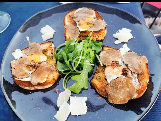 L'AIA, bruschetta with Quail's Eggs, black Truffle, parmigiano and rúcula €. 11,oo