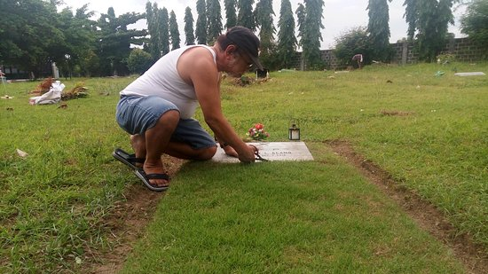 Carmona, Filippinene: Take cared and loving his daughter graveyard tomb to rest in peace she's died at the ages of 25 years cause her died is lupus.
