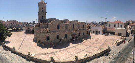 Distretto di Larnaca, Cipro: Otra vista de la iglesia de San Lázaro es una iglesia bizantina de piedra ubicada en el centro de la ciudad, con un iconostasio dorado, su pórtico, y dicen que ahi se encuentran los restos en la tumba de San Lázaro.