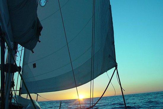 Sou + Cariocaのヨットに乗って夕日を眺める