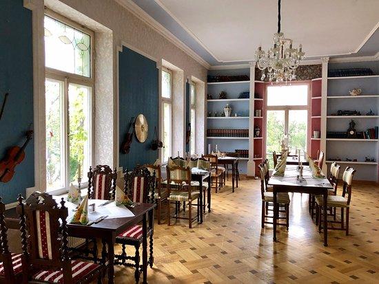 Domane Neu Gaarz: Speiseraum mit Sitzbereich, Flur 1.OG, Frühstücksraum, Bett im Herrenzimmer