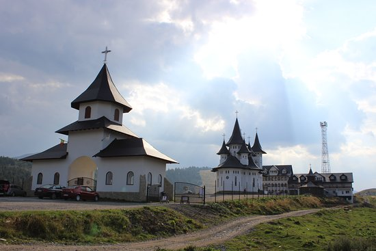 Maramures County, โรมาเนีย: Nice buildings showing the traditional Romanian motifs.