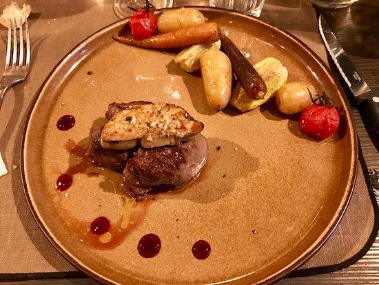 Champagne-au-Mont-d'Or, France: Filet de boeuf angus et son escalope de foie gras poelée