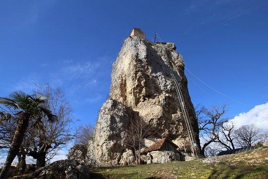 Katskhi, Georgia: Монастырь Кацхи, известный просто как Столп Кацхи. Находится между селом Кацхи и городом Чиатура. Можно доехать маршруткой до поворота на монастырь и далее пешком. Либо до самого монастыря на машине.