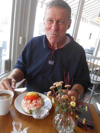 Kaffe och räkmacka som lunch på Wienerkonditoriet i Hedemora.