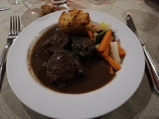 Beblenheim, Francia: Joues de porc braisées au pinot noir, pommes soufflées au munster