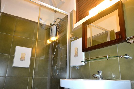 Ingiriya, Sri Lanka: Attached bathroom with hot water shower