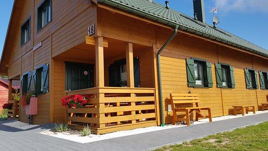 Przytulne w pełni wyposażone 6 osobowe apartamenty, w których będziecie mogli odpocząć od miejskiego zgiełku i zatłoczonych plaż. 70m powierzchni to kuchnia z jadalnią i pokojem dziennym na parterze oraz dwie sypialnie na pietrze. Dodatkowo patio, taras, parking, kącik zabaw oraz sauna.