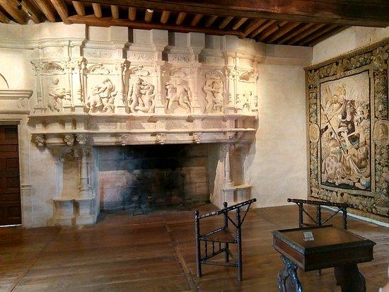 Villars, Frankrike: One of the many beautiful huge fireplaces