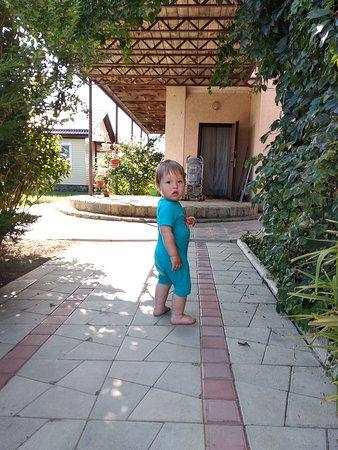 Малыш бегал босиком, территория очень чистая