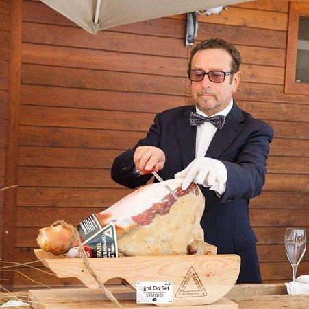 Lenola, Italië: Salvatore con il prosciutto al coltello!