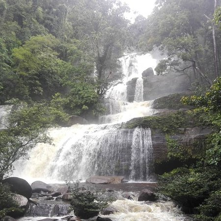 West Kalimantan, Indonesië: Bedawant Waterfall in Serimbu, West borneo