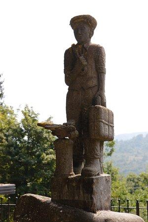 Tornolo, Italië: The statue outside the Museo dell'Emigrante