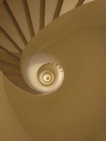 Espectacular escalera de caracol de 8 plantas que recorre todo el hotel