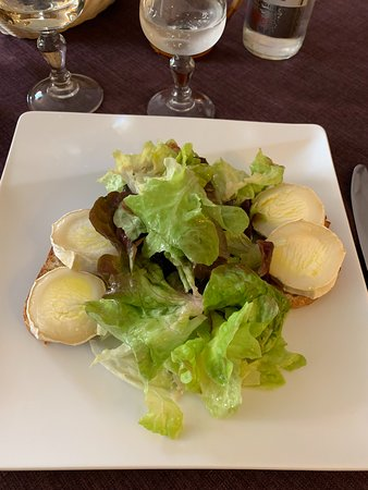 Lehon, Fransa: Warm goat cheese on toast with a simple salad (so fresh!)