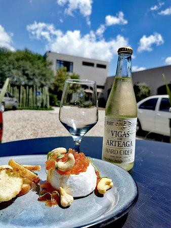 El Vergel Bistro & Market: Linda tarde en EL Vergel disfrutando un hard cider con mini camembert
