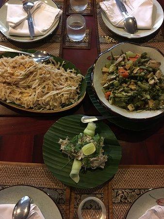 Wir haben auch einen privaten kochkurs gemacht - das ging in der Nebensaison, weil die küche klein ist... Das waren unsere selbstgemachten speisen - sie sind deshalb nicht so schön verziert wie sonst üblich, darin waren wir nicht so geschickt... Wir hatten mekong wels stew, springrolls vegetarisch, morning glory gebraten und gebratene nudeln, gemüsestew und bambusmarksalat