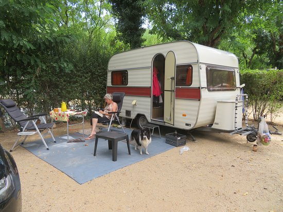 Albanya, Spania: Een caravan plek. Ruime plekken.