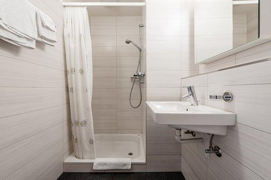 Effretikon, Sveits: Badezimmer mit Dusche/WC