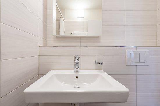 Effretikon, Sveits: Helles Badezimmer mit Dusche/WC