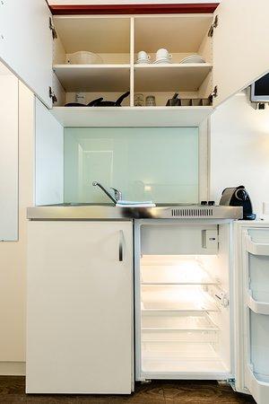 Effretikon, Sveits: Kochnische mit Kühlschrank und 2 Herdplatten. Ausstattung mit Geschirr und Kaffeemaschine