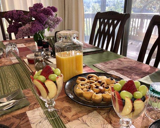 Kettle Falls, WA: An example of the breakfast table, when breakfast option is chosen.