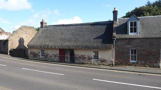 Kirkoswald, UK: Cottage on main road