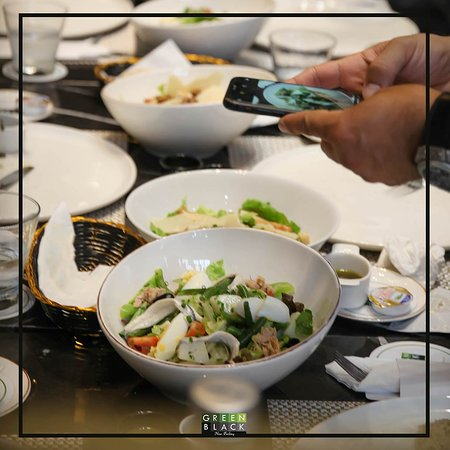 Café, restaurant et une cuisine franco-italienne savoureuse.