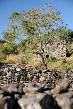 Itaguara, MG: O Engenho Velho é composto por ruínas  de uma antiga fazenda do seculo XVIII , cercadas por uma linda cachoeira. O lugar é de uma beleza ímpar, vocês não podem deixar de conhecer esse lugar cheio de história e belezas naturais.