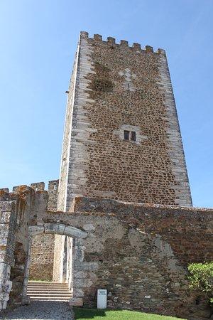 Castle of Portel: Torre vista do exterior das muralhas, à entrada