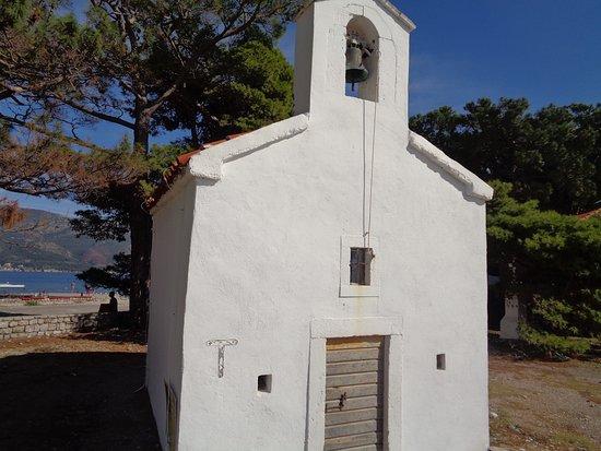 Sveti Nikola, Черногория: На дверях церкви висит замок.