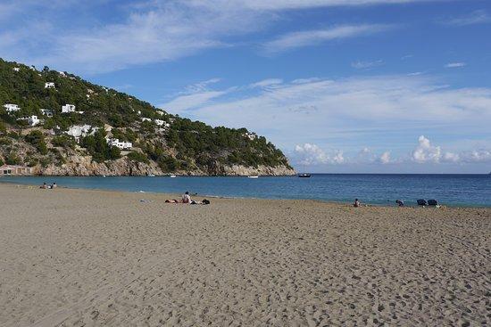 Opuštěná pláž v Cala de Sant Vicent na Ibize