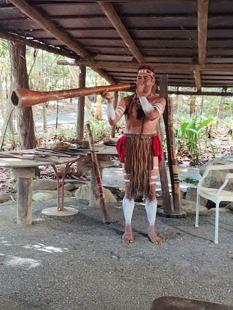 Caravonica, Australië: playing of the didgeridoo